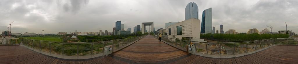 Vue de la passerelle vers la Défense (Central-Parc à droite)